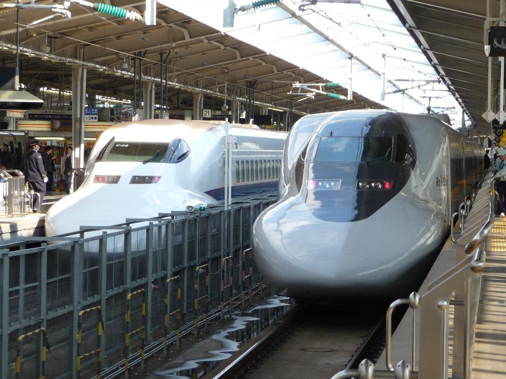 JR_Shinkansen_Series_700_and_700RailStar